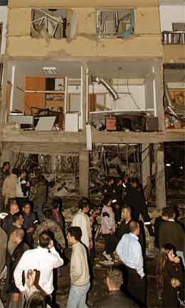 Bilbomba gjorde også stor skade på bygningane i området. (Foto: AP/Scanpix)