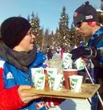Drikkestasjonsansvarlig Gerd Søberg har delt ut mange liter drikke i dag. Foto: Ingvar Midthun, NRK.