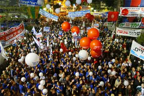 Meir enn 10.000 israelarar demonstrerte til støtte for planen om tilbaketrekking frå Gazastripa i Tel Aviv i går kveld. (Foto: AP/Scanpix)