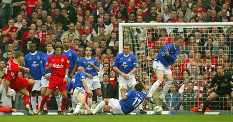 Steven Gerrard setter ballen under muren og i mål. (Foto: Scanpix)