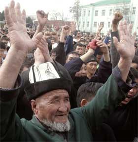 Demonstranter som krever Akajevs avgang. (Foto: Scanpix / Reuters)