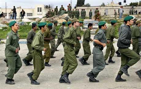 Palestinsk politi har i fleire dagar førebudd seg på å overta tryggingsansvaret i Tulkarem. (Foto: Reuters/Scanpix)