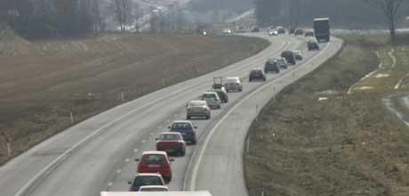 Tirsdag formiddag, og trafikken står fast i sydgående retning mot Svinesund på E6. Foto: Rainer Prang, NRK.