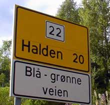Den blå-grønne veien (riksvei 22) fra Halden mot Sverige er et godt og kø-fritt alternativ. Foto: Raner Prang, NRK.