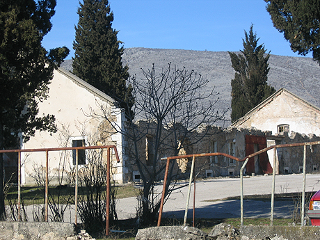 Sporene etter krigen er fremdeles synlig mange steder. Foto Andreas Toft.