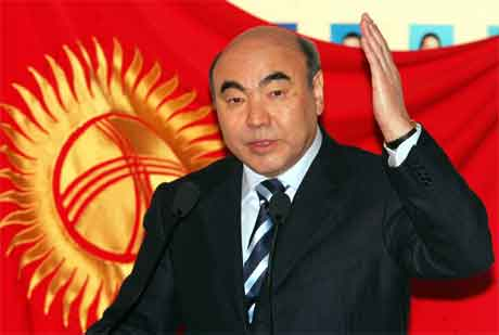 President Askar Akajev har ikkje tenkt å gi etter for demonstrasjonane i landet. (Foto: AP/Scanpix)