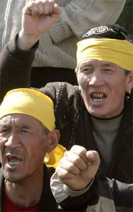 Demonstrantane meiner parlamentsvalet i Kirgisistan var prega av fusk. (Foto: Reuters/Scanpix)