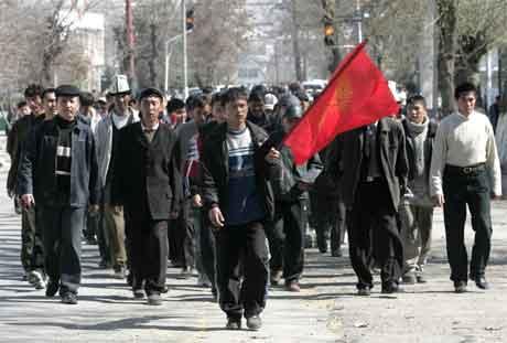 Demonstrasjonane i Kirgisistan held fram med uforminska styrke. (Foto: Reuters/Scanpix)