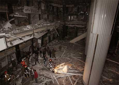 Redningspersonell leter gjennom ruinene etter eksplosjonen i Alta Vista kjøpesenter nord for Beirut. (Foto: AP/Scanpix)