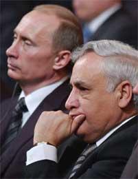 Moshe Katsav (t.h.) og Putin under 60-årsjubileet for frigjøringen av Auschwitz i januar. Konsentrasjonsleiren ble befridd av russiske tropper (Scanpix/AP)