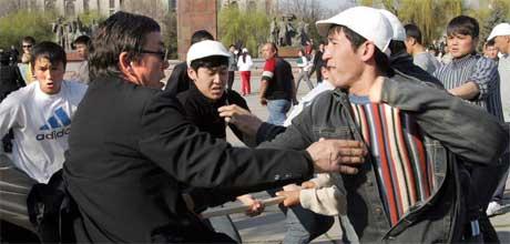 Det gikk hardt for seg mellom tilhengere og motstandere av Akajev i Bisjkek i dag (Scanpix/AFP)