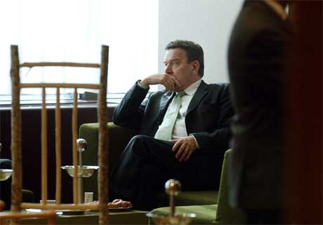 Forbundskansler Gerhard Schröder hviler mellom møtene under EU-toppmøtet i Brussel. (Foto: AP/Scanpix)