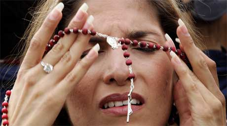 Troende med rosenkrans på Petersplassen (Scanpix/Reuters)