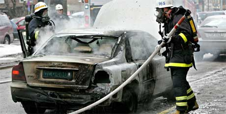 I går ble denne bilen ødelagt utenfor den russiske ambassaden i Stockholm. (Foto: Scanpix)