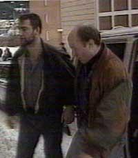 Klas Lund (t.h.) da han tidligere ble pågrepet av svensk politi (Foto:SR)