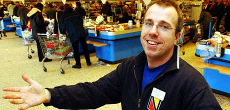 Butikksjef Göran Lundgren ved Nordby Supermarket har all grunn til å juble over årets påskehandel. Foto Erlend Aas Scanpix .