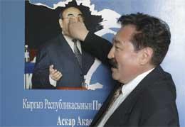 En kirgiser viser sin avsky for tidligere president Askar Akajev. (Foto: AP/Scanpix)
