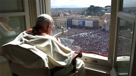 Pave Johannes Paul II skuer ut over folkemengden fra sitt vindu i Vatikanet i dag. (Foto: Reuters/Scanpix)
