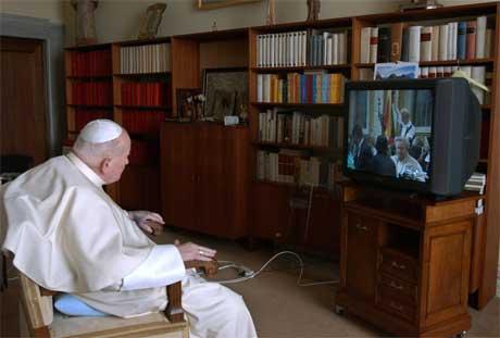 Paven fulgte messen fra sin egen stue, før han gikk til vinduet og hilste de fremmøtte. (Foto: Reuters/Scanpix)