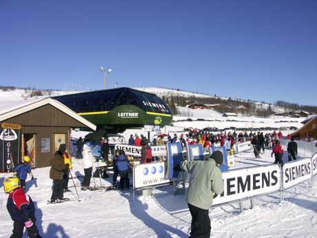 Uten snø blir det heller ingen jobbing for de over to hundre sesongarbeiderne som jobber i skianlegga i Innlandet. Foto: Nrk