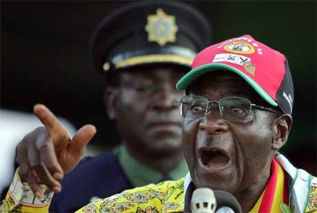 Zimbabwes president Robert Mugabe driver valgkamp, men det er små forventninger til at det blir et åpent og demokratisk valg. (Foto: AFP/Scanpix)