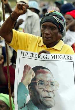 En tilhenger av Robert Mugabe viser sin støtte til presidenten. (Foto: Reuters/Scanpix)