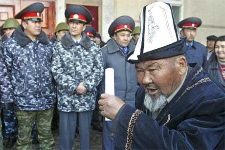 En eldre mann i Kirgisistan argumenterer med politiet utenfor parlamentsbygget i hovedstaden. (Foto: AP/Scanpix)