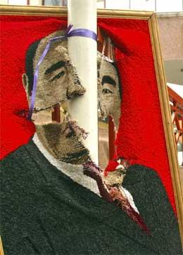 Et ødelagt portrett av den avsatte presidenten Askar Akajev. (Foto: AP/Scanpix)