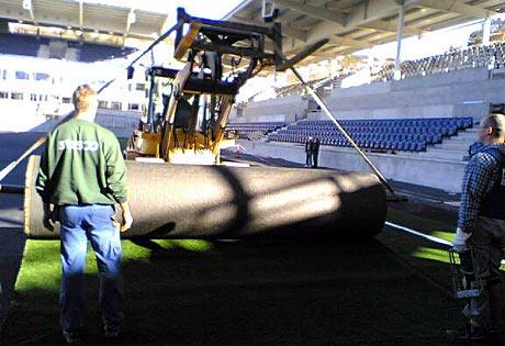 Leggingen av kunstgress-matta på Color Line Stadion startet i dag (Foto: Alf-Jørgen Tyssing)