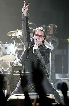 Bono og U2 åpnet verdensturneen Vertigo Tour i San Diego 28. mars. Foto: Denis Poroy, AP Photo.