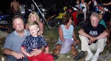 FLYKTET: Turister på Phuket flyktet opp i høyden i frykt for en ny tsunami etter jordskjelvet i Indonesia.