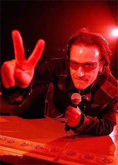 U2 fungerte godt på en liten og intim scene formet som en halvsirkel. Foto: Denis Poroy, AP Photo.