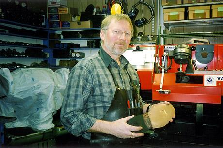 Kai Bogen byttet ut reklamejobben med symaskinen på skomakerverkstedet. (Foto: Haakon D Blaauw )