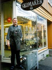 Skomakermester Kai Bogen holder til i Sverresgate i historiske Tønsberg. (Foto: Haakon D Blaauw)