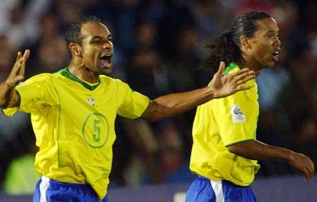 Emerson feirer sin scoring mot Uruguay, mens Ronaldinho ser ut som han ikke vet hva som har skjedd. (Foto: Scanpix)