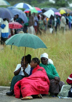 Regnet stanset ikke velgerne i Harare-forstaden Chitungwiza i dag tidlig. Her og i andre byer står MDC klart sterkest. (Foto: R.Sigheti, Reuters)