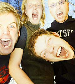 "Span er (f.v.) Kim Nordbæk (24, bass), Fridtjof ""Joff"" Nilsen (26, gitar) og Fredrik Wallumrød (30, trommer). Inn fra venstre: vokalist Jarle Bernhoft (27). Foto: Heiko Junge, Scanpix."