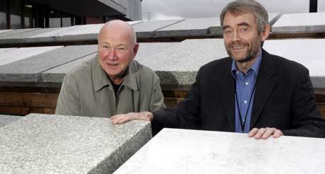 Prosjektdirektør i Statsbygg Roar Bjordal (t.h.), og prosjektleder for Operabygget ved arkitektfirmaet Snøhetta, Tarald Lundevall, foran steinene som ble vurdert. Foto: Scanpix