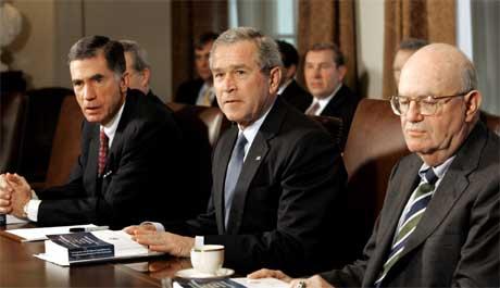 President George W. Bush, med rapporten som retter flengende kritikk mot amerikansk etterretning foran seg. Bush sitter mellom de to kommisjonslederne, tidligere senator Charles Robb (t.v.) og dommer Laurence Silberman. (Foto: Reuters/Scanpix)