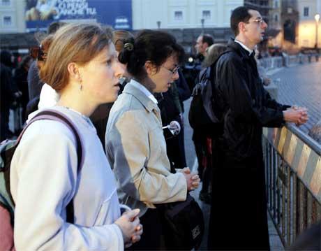 En gruppe troende ber for paven på Petersplassen.(Foto:AP/Scanpix)