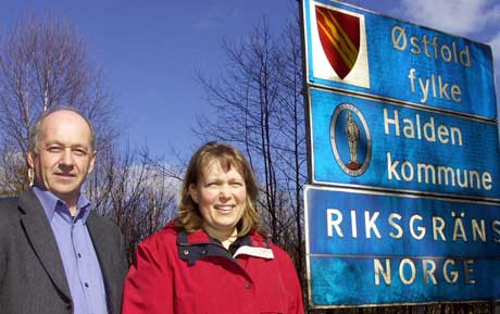 Bjørn Ståhl og Tove Åkesson ved grensepasseringen på Holtet-Vassbotten. Også grenseovergangene ved Kornsjø - Dals Högen og Berby - Hovedalen skal passeres i UNIONSRALLY 2005. Foto: Rainer Prang, NRK.