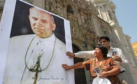 Verdens katolikker ber for paven. Bildet er fra Perus hovedstad Lima i dag. (Foto: AFP/Scanpix)