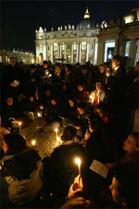 Titusenes er samlet på Petersplassen for å ta avskjed med paven i natt. (Foto: AFP/Scanpix)