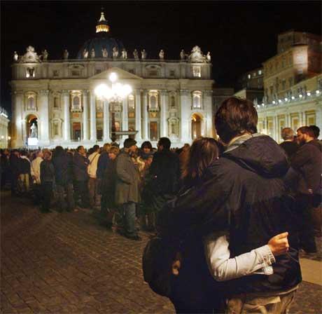 Stille bønn for den aldrende pave Johannes Paul II på Petersplassen. (Foto: AP/Scanpix)