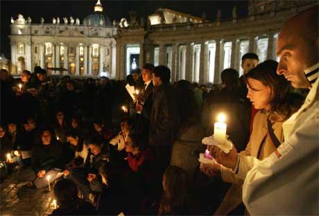 Nyhetsbyrået AFP anslår at 30.000 pilgrimmer er samlet på Petersplassen i kveld. (Foto: AFP/Scanpix)