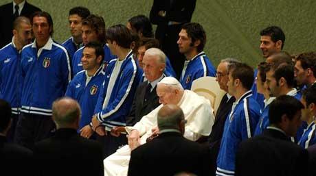 Paven sammen med det italienske landslaget i 2003. (Foto: AP/Scanpix)