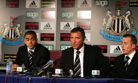 Newcastle-manager Graeme Souness sammen med slåsskjempene Kieron Dyer (t.v.) og Lee Bowyer (t.h.) på pressekonferansen etter kampen. (Foto: AP/Scanpix)