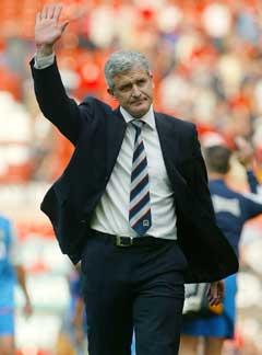 Blackburn-manager Mark Hughes vinker til sitt gamle hjemmepublikum etter å ha klart 0-0 på Old Trafford. (Foto: Reuters/Scanpix)