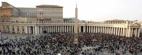 Flere tusen mennesker er samlet på Petersplassen i Roma. (Foto: Scanpix/Reuters)