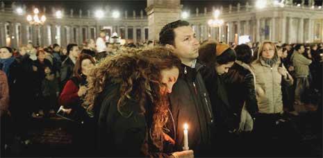 Sørgende mennesker fyller Petersplassen i kveld. (Foto: Reuters/Scanpix)